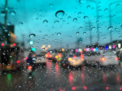 sfondo-sfocato-gocce-di-pioggia-sul-parabrezza-lampione-di-notte-in-una-giornata-piovosa_40643-51